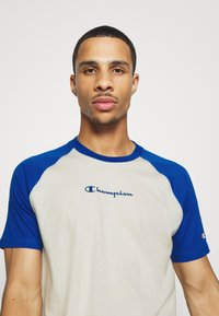Champion - LEGACY CREWNECK  - T-shirt med print - off-white/blue - 3