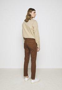 DRYKORN - KILL - Chino kalhoty - braun - 2