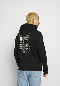 Scotch & Soda - BORN TO LOVE HOODED ARTWORK UNISEX - Sweatshirt - black - 2