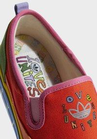 adidas Originals - NIZZA SLIP ON PRIDE - Slip-ons - semi solar red/yellow/hazy orange - 6