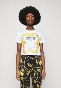 Versace Jeans Couture - LADY  - Triko spotiskem - optical white - 0