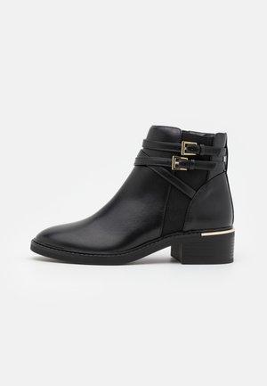 MINKIE MULTISTRAP CLIP CHELSEA - Kotníková obuv - black