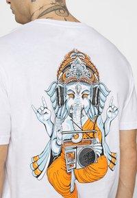 YOURTURN - UNISEX - Print T-shirt - white - 5