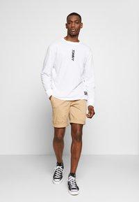 Tommy Jeans - TJM LONGSLEEVE VERTICAL LOGO TEE - Long sleeved top - white - 0