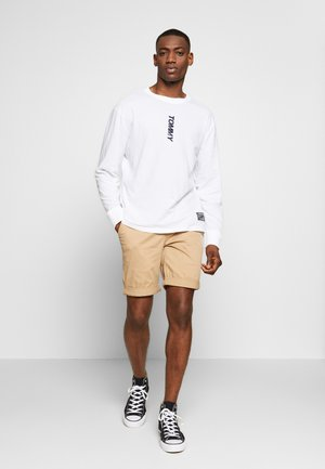 TJM LONGSLEEVE VERTICAL LOGO TEE - Long sleeved top - white