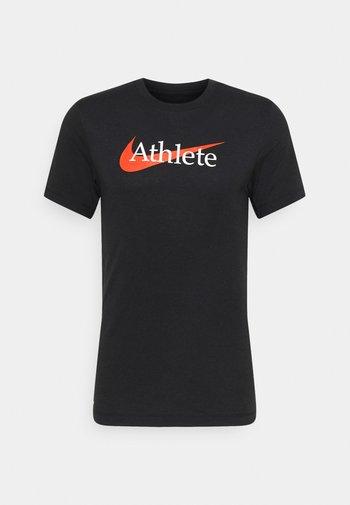 TEE ATHLETE - Print T-shirt - black/team orange