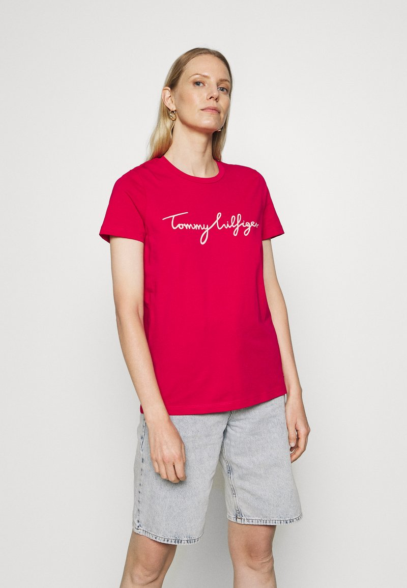 Tommy Hilfiger - CREW NECK GRAPHIC TEE - Printtipaita - ruby jewel