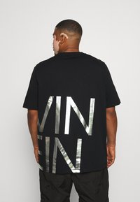 Calvin Klein - BIG LOGO - Print T-shirt - black/silver - 2