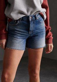Superdry - Szorty jeansowe - mid indigo vintage - 0