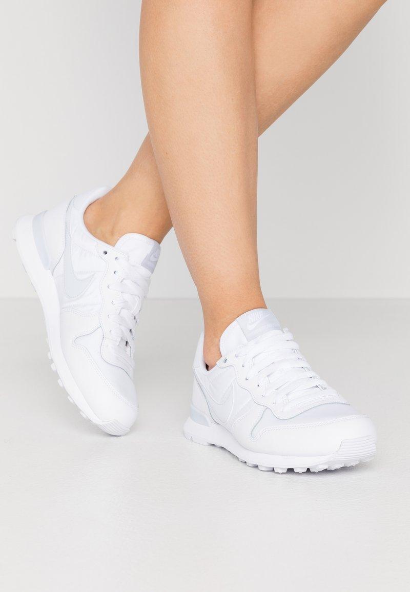 Nike Sportswear - INTERNATIONALIST - Sneakers - white/football grey