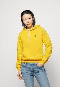 Polo Ralph Lauren - FEATHERWEIGHT - Felpa con cappuccio - university yellow - 0