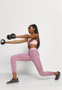 Nike Performance - BRA - Sujetadores deportivos con sujeción media - pink glaze/pure/white - 0
