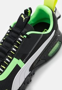 Puma - H.ST.20 KIT 2 UNISEX - Neutral running shoes - black/white/elektro green - 5