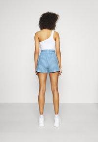 ONLY - ONLMANHATTAN ARISA STRIPE - Shorts - allure/cloud dancer - 2