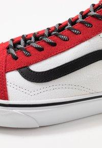 Vans - OLD SKOOL - Sneakersy niskie - red/black/true white - 6