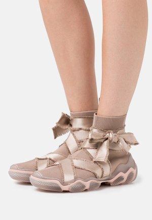 Sneakersy wysokie - nude/trasparente