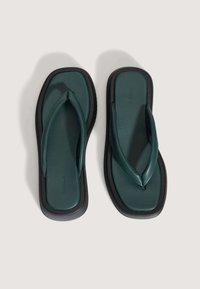 OYSHO - MIT PLATEAUSOHLE  - Sandály s odděleným palcem - green - 3