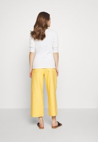 Balloon - WIDE PANTS WITH FLUID POCKET - Pantaloni - yellow - 2