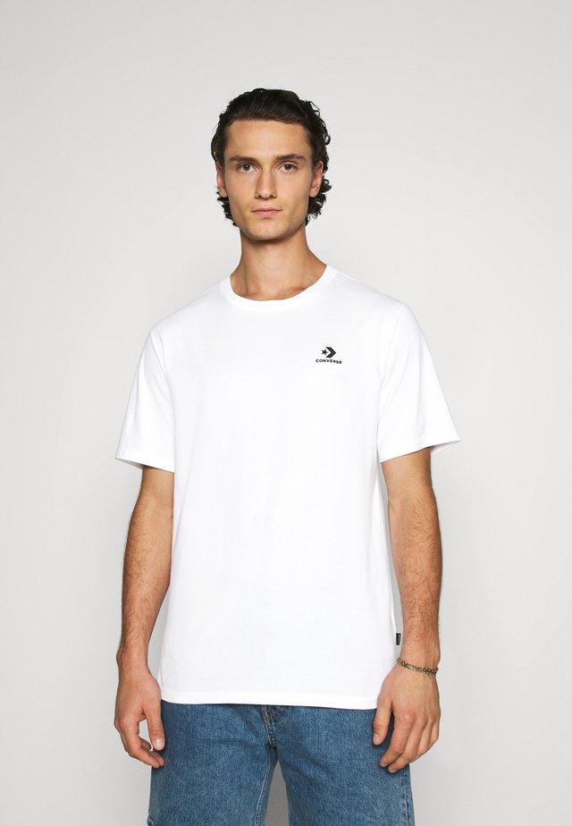 MENS EMBROIDERED STAR CHEVRON LEFT CHEST TEE - Camiseta básica - white