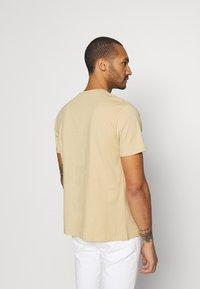 Mennace - UNISEX WHIPLASH TEE - Print T-shirt - tan - 2