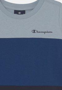 Champion - AMERICAN CLASSICS CREWNECK UNISEX - Triko spotiskem - dark blue - 2