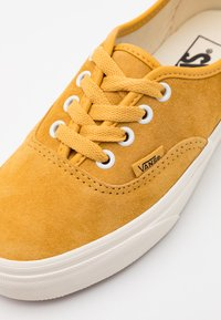 Vans - AUTHENTIC UNISEX  - Trainers - honey gold/true white - 5