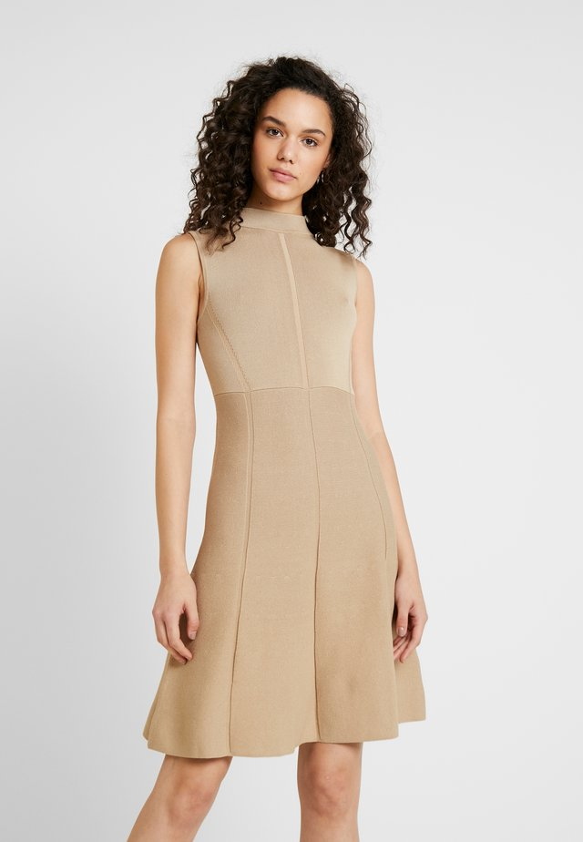FIT AND FLARE DRESS - Pletené šaty - camel