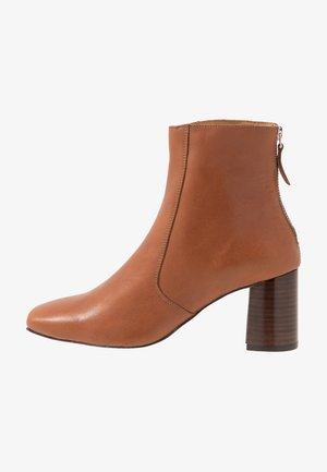 LUNA BOOT - Kotníkové boty - caramel