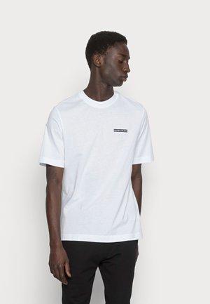 MICRO FLOCK BOX TEE - T-paita - bright white