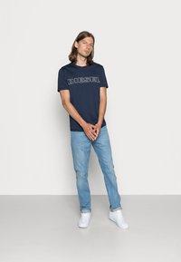 Diesel - UMLT-JAKE - T-shirt con stampa - dark blue - 1