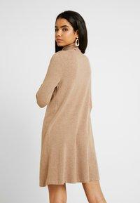Vero Moda Tall - VMHAPPY ROLLNECK DRESS - Strikket kjole - tobacco brown - 2