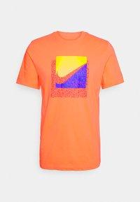 Nike Sportswear - TEE BRANDRIFF BOX - T-shirt imprimé - turf orange - 4