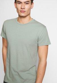 Samsøe Samsøe - KRONOS  - Basic T-shirt - frosty green - 5