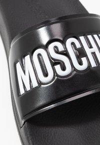 MOSCHINO - Mules - nero - 2