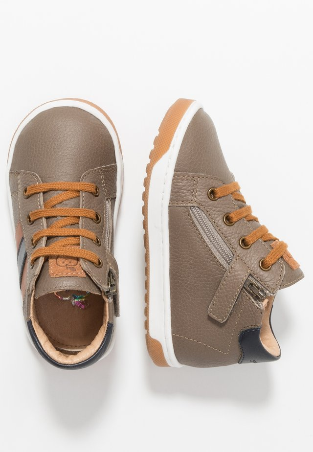 OOPS DUCK - Chaussures à lacets - stone/camel/navy