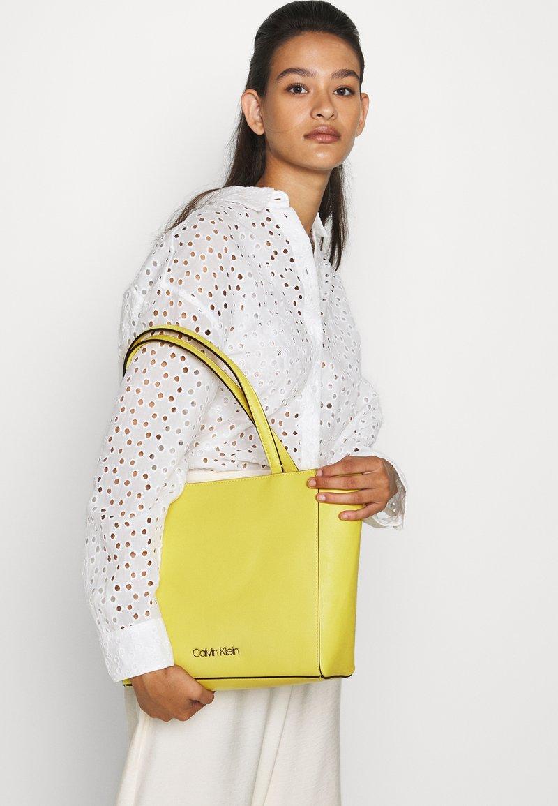 Calvin Klein - MUST - Kabelka - green