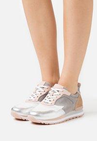 Gabor Comfort - Sneakers laag - weiß/silber/grey - 0