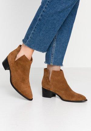 BIADARLEY V-CUT - Ankle boots - cognac