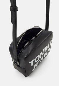 Tommy Jeans - ESSENTIAL CAMERA BAG - Skulderveske - black - 2