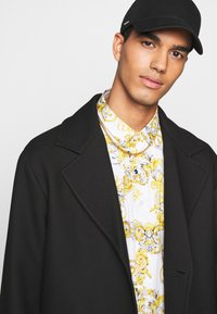 Versace Jeans Couture - PRINT LOGO NEW - Košile - bianco ottico - 5