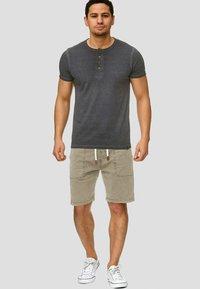 INDICODE JEANS - Shorts - beige - 1