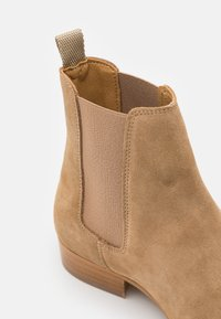 LAST STUDIO - FOREST - Classic ankle boots - arena - 5