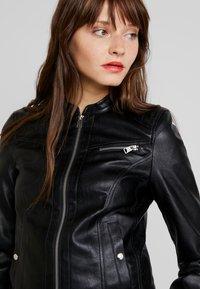 Vero Moda - VMSHEENA SHORT JACKET - Chaqueta de cuero sintético - black - 3