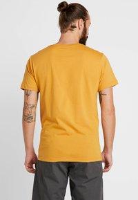 Patagonia - FLYING FISH - T-shirt med print - glyph gold - 2