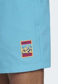 adidas Originals - ADIPLORE WOVEN SHORTS - Plavky - turquoise - 6