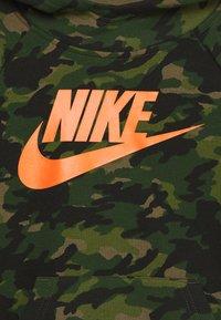Nike Sportswear - CRAYON CAMO HOODIE - Hættetrøjer - medium olive/camelia - 2
