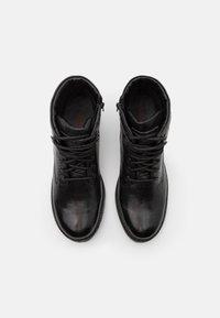 Levi's® - ROBERTS - Šněrovací kotníkové boty - regular black - 3