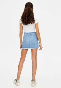PULL&BEAR - MIT KETTENPRINT - Denim skirt - blue