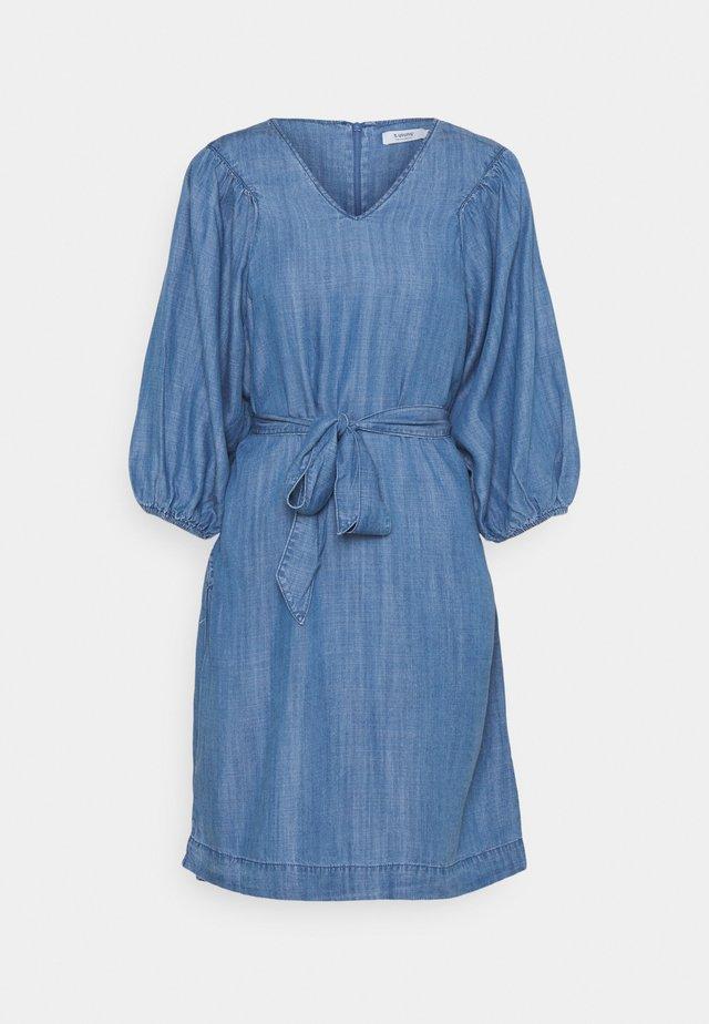 LANA PUFF DRESS - Denimové šaty - mid blue denim