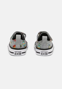 Converse - CHUCK TAYLOR ALL STAR BUGGED OUT UNISEX - Sneakers laag - ash stone/black/bright poppy - 2